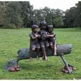 3 fille sur tronc d arbre b959