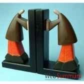serre livre en bois avec 2 hommes qui pousse artisanat indonesien 13784