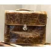 sac laptop en cuir couleur cigare avec finition en croco h 330 x 420 x 150 arteinmotion com bor0056